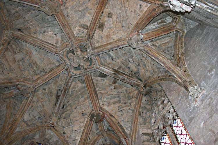 .........Détails de la voute de la Chapelle de la Vierge : Clef de voute : Le Christ tenant le globe et bénissant entouré des symboles des 4 évangélistes............