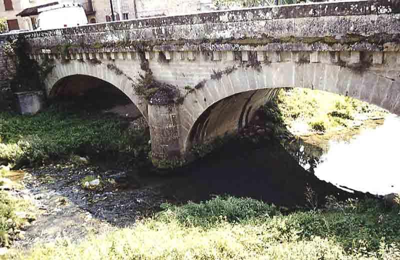 ....Le pont qui partage le village ....