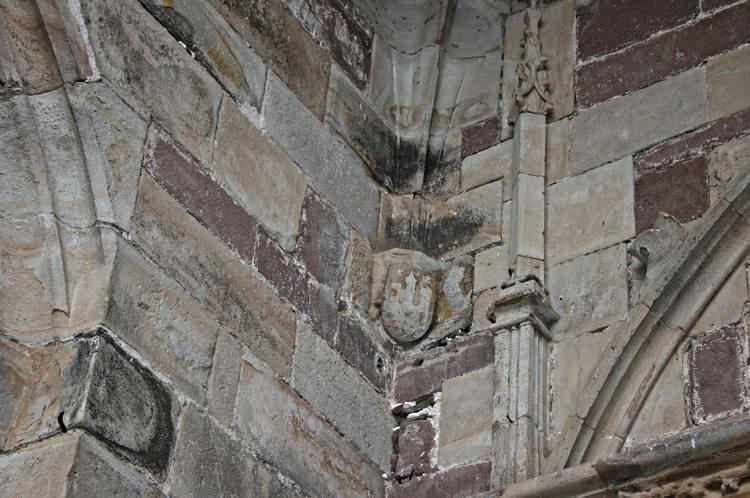 .....Sur le parvis de l'Eglise :Le blason des armes de Saint-Sernin.......