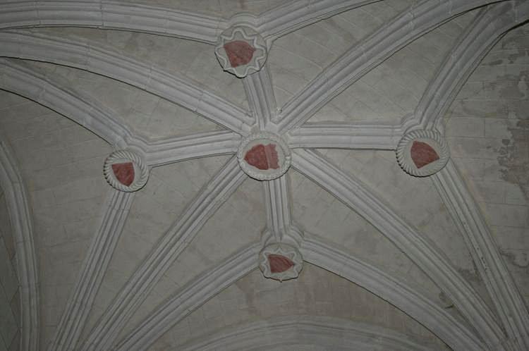 ........Chapelle de la Bonne Mort : voûte à liernes,tiercerons et 5 écussons en cléf............