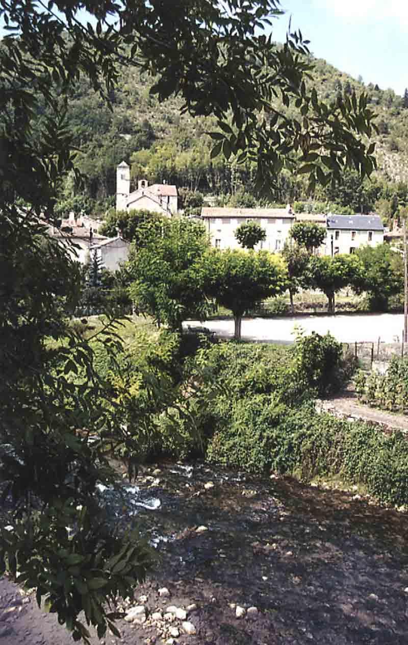 .....Cheminons à travers le village qui nous apparaît sur l'autre rive de la Sorgues dans son alignement ....