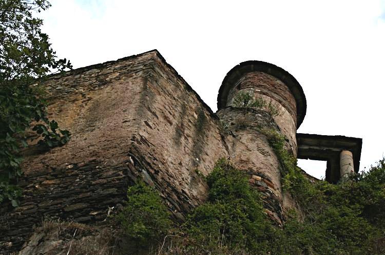 ............Une des tours d'observations qui existe encore (derniers vestiges des remparts construits pour protéger un château féodal disparut au début du XIII°siècle.....