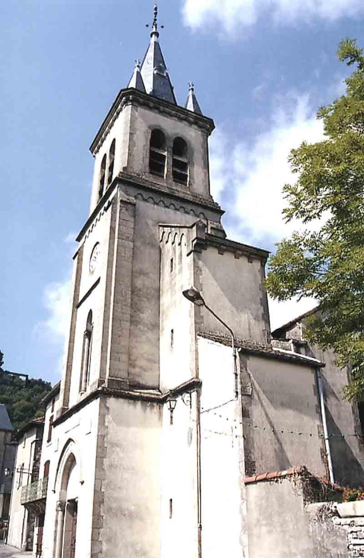 .....Un peu plus loin , sur la route : l' église , sur une place où par une petite ruelle , l'on découvre encore les vestiges d'un rempart avec une tour et des sculptures anciennes …...
