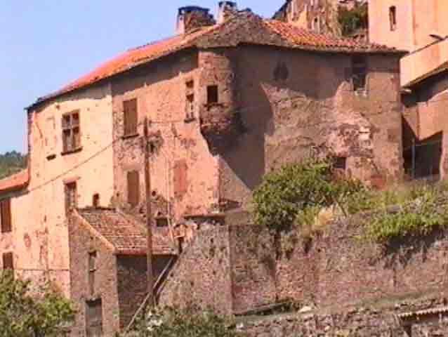 ......Il y a des maisons seigneuriales et bourgeoises dans le village avec des tourelles et fenêtre à meneaux......