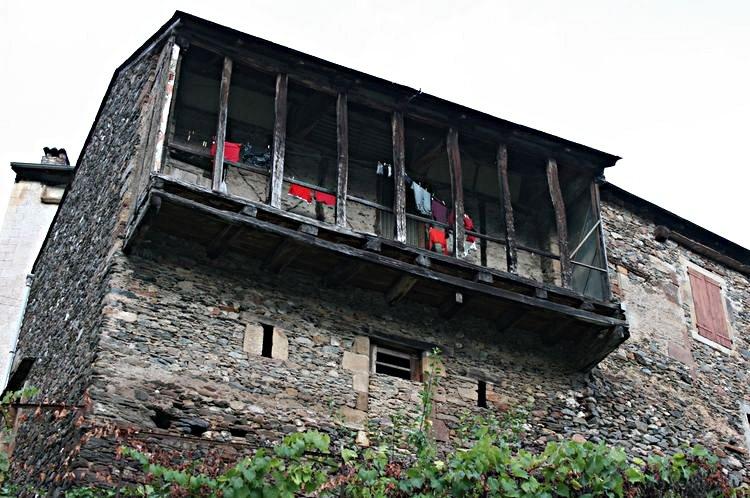 .......Les balcons en bois servaient au séchage des peaux de cuir dont se servaient les nombreuses tanneries du village....