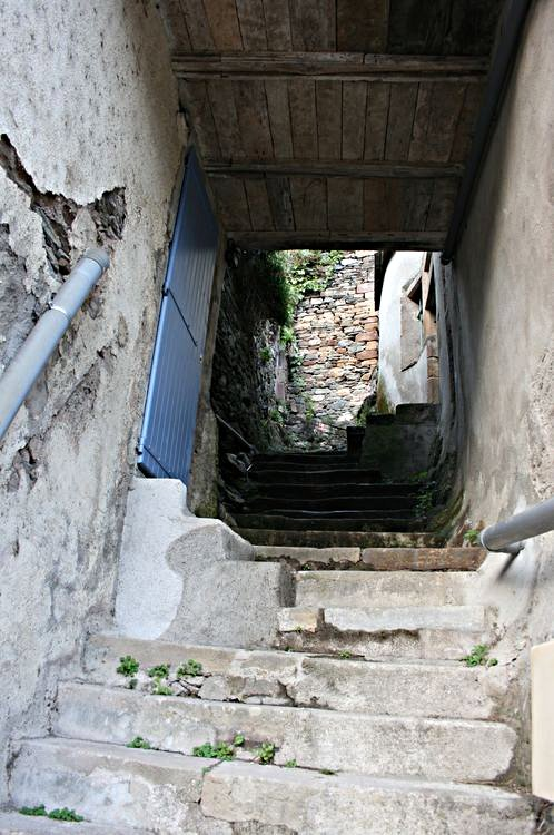 .....Petite rue partant de la Route de Pousthomy débouchant sur la Rue de la Cavalerie en partie fermée vue les ruines de certaines maisons et les risques d'éboulements......
