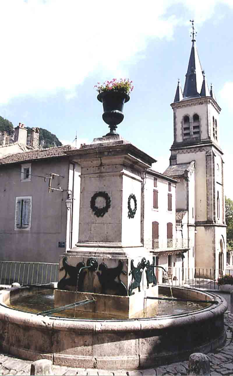 .....Près de cette église , une autre fontaine avec dans son prolongement la mairie , c'est l'artère principale de la ville où , encore , des vestiges d'anciens remparts subsistent ....
