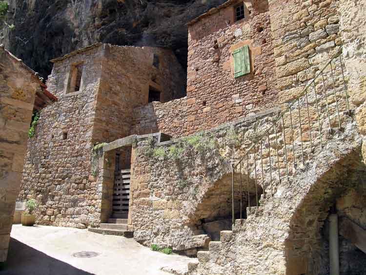 """......On y trouve : maisons de tuf , """"calades"""" (ruelles de pierres)....."""
