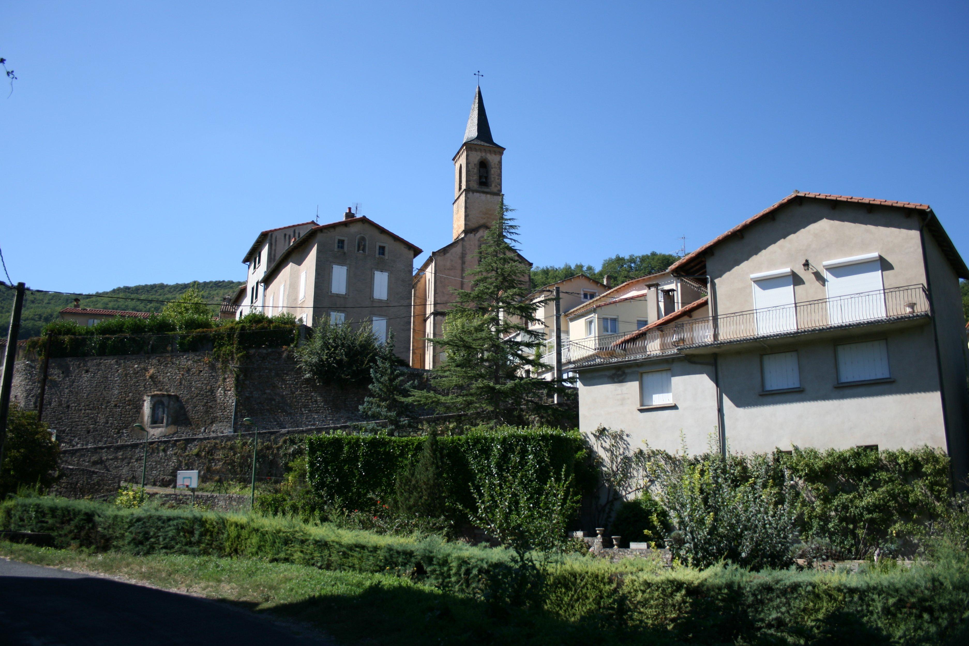 Village qui se déploie de part et d'autre de la vallée à partir de l'église .