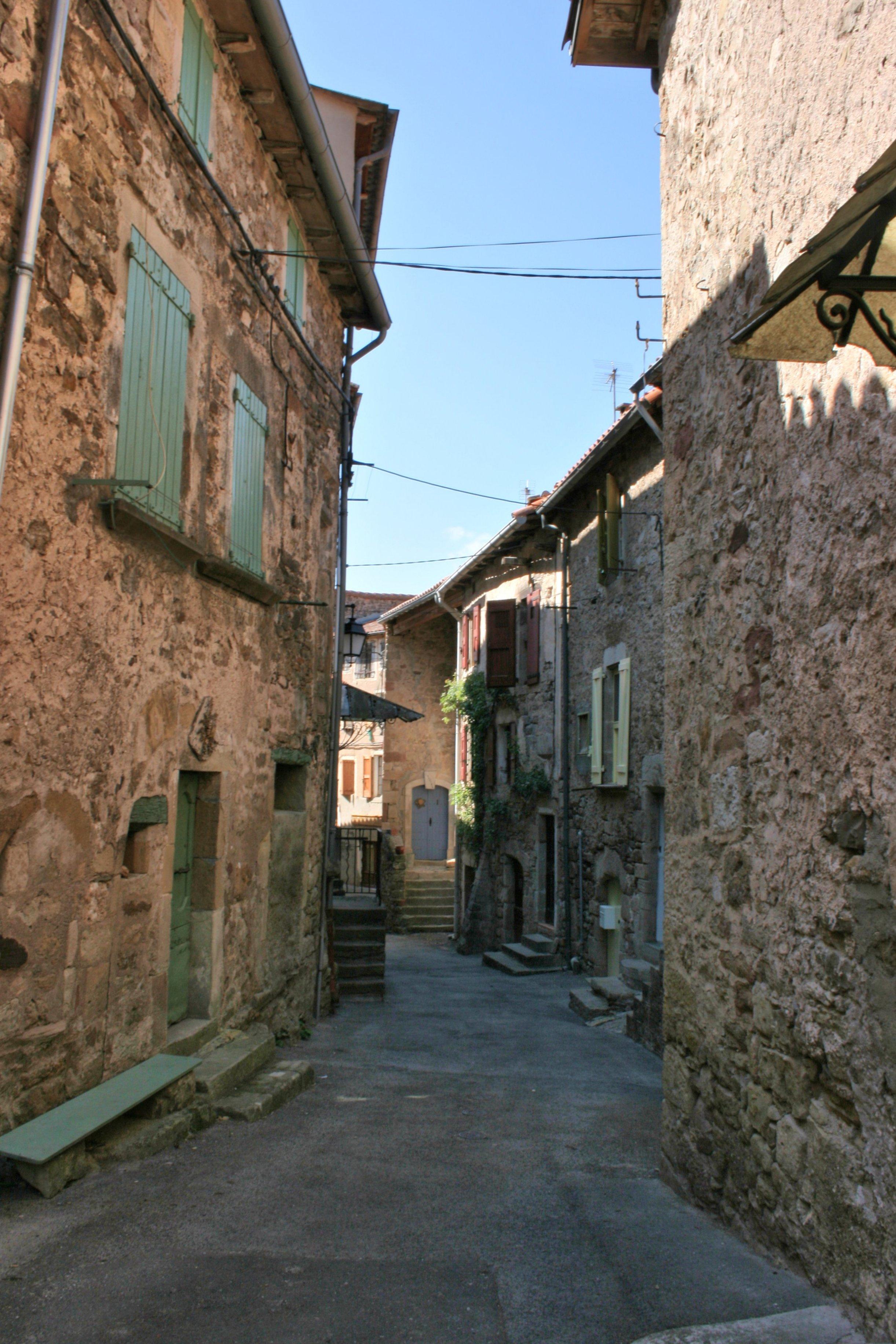 A partir de la porte vers l'intérieur du village ...par des rues très étroites (ci-dessus)