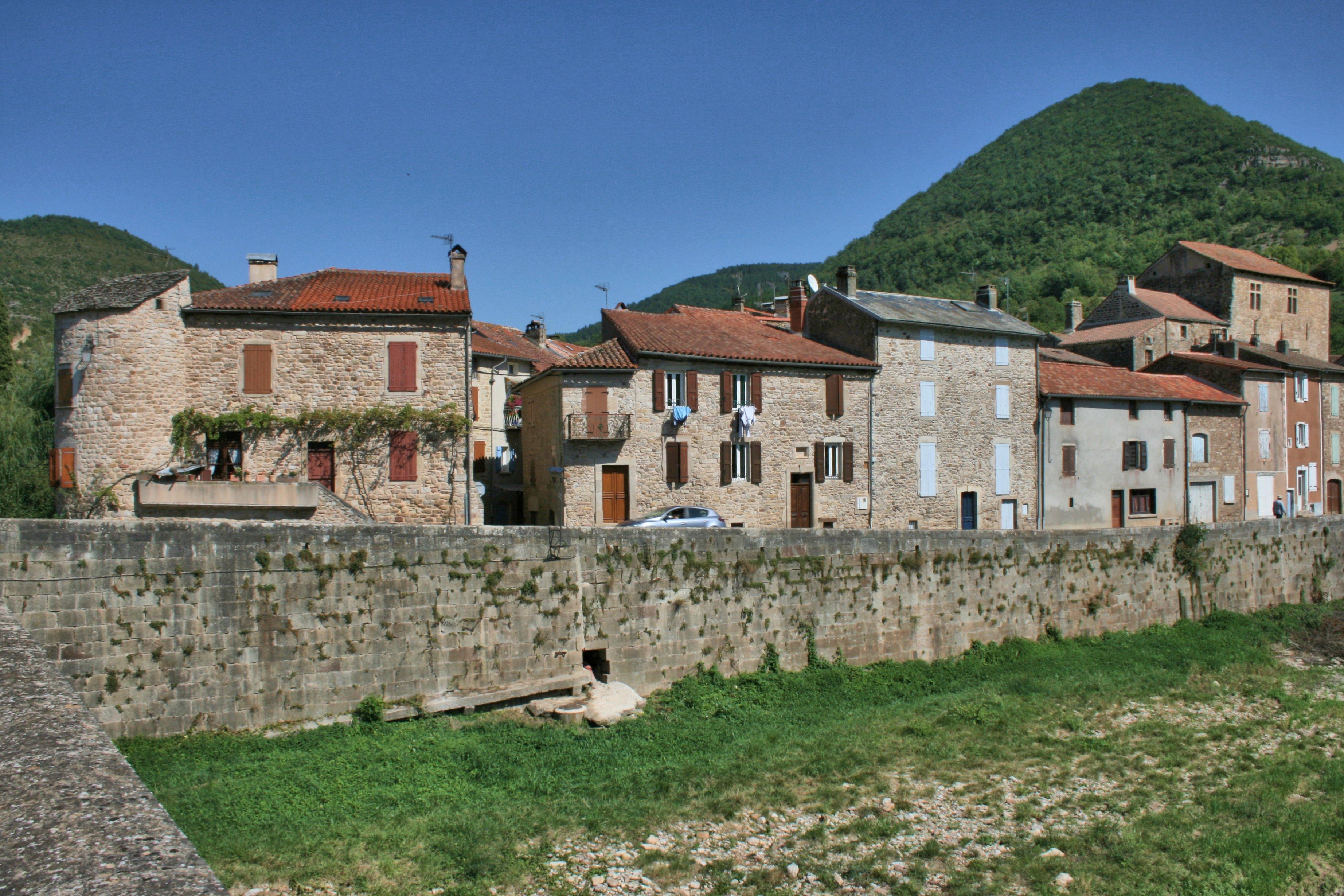Ce village est construit tout en longueur en suivant le cours de la Sorgues et seulement sur une rive de celle-ci .