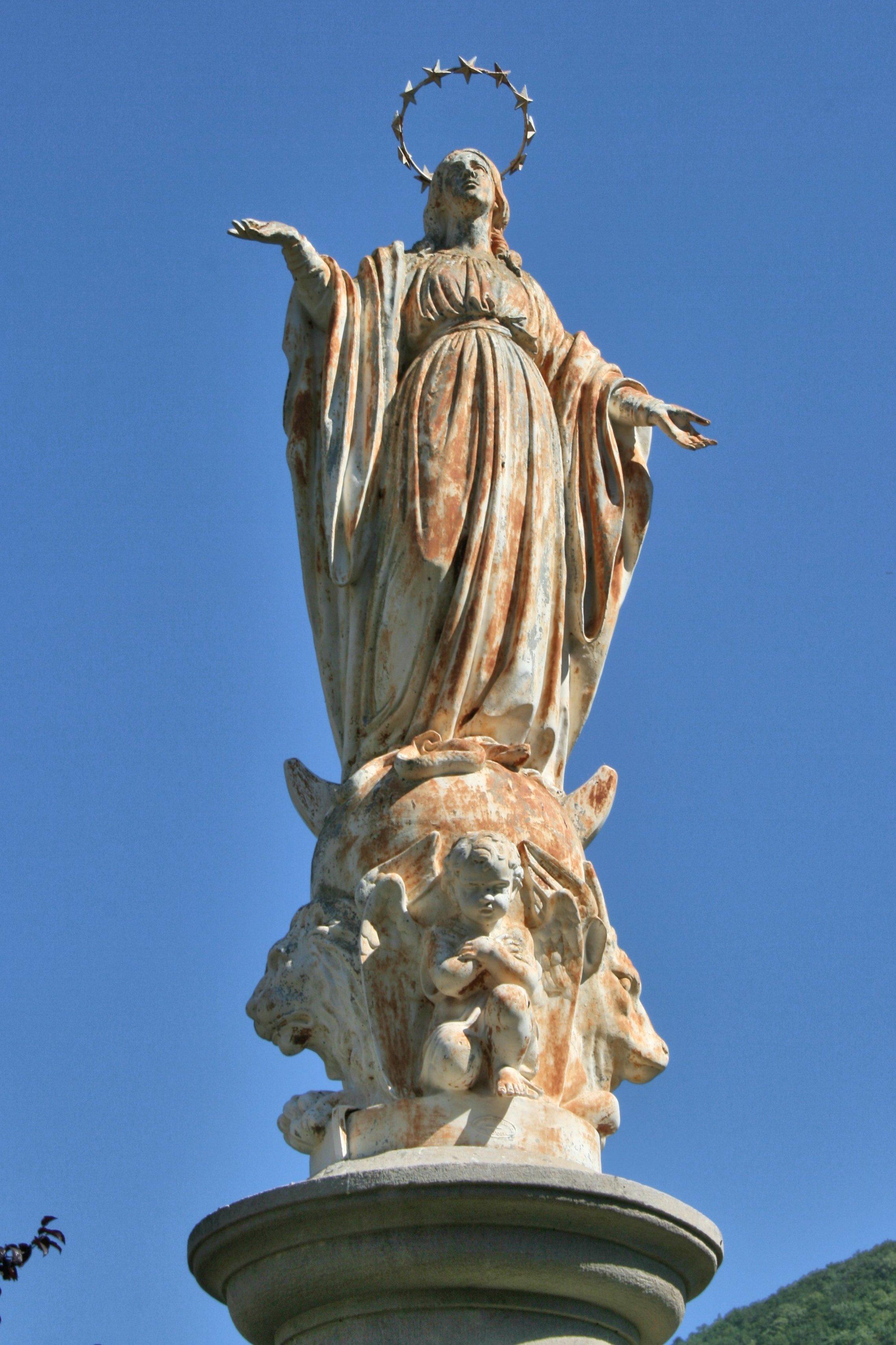 Près du monument aux morts à partir d'une petite place …….