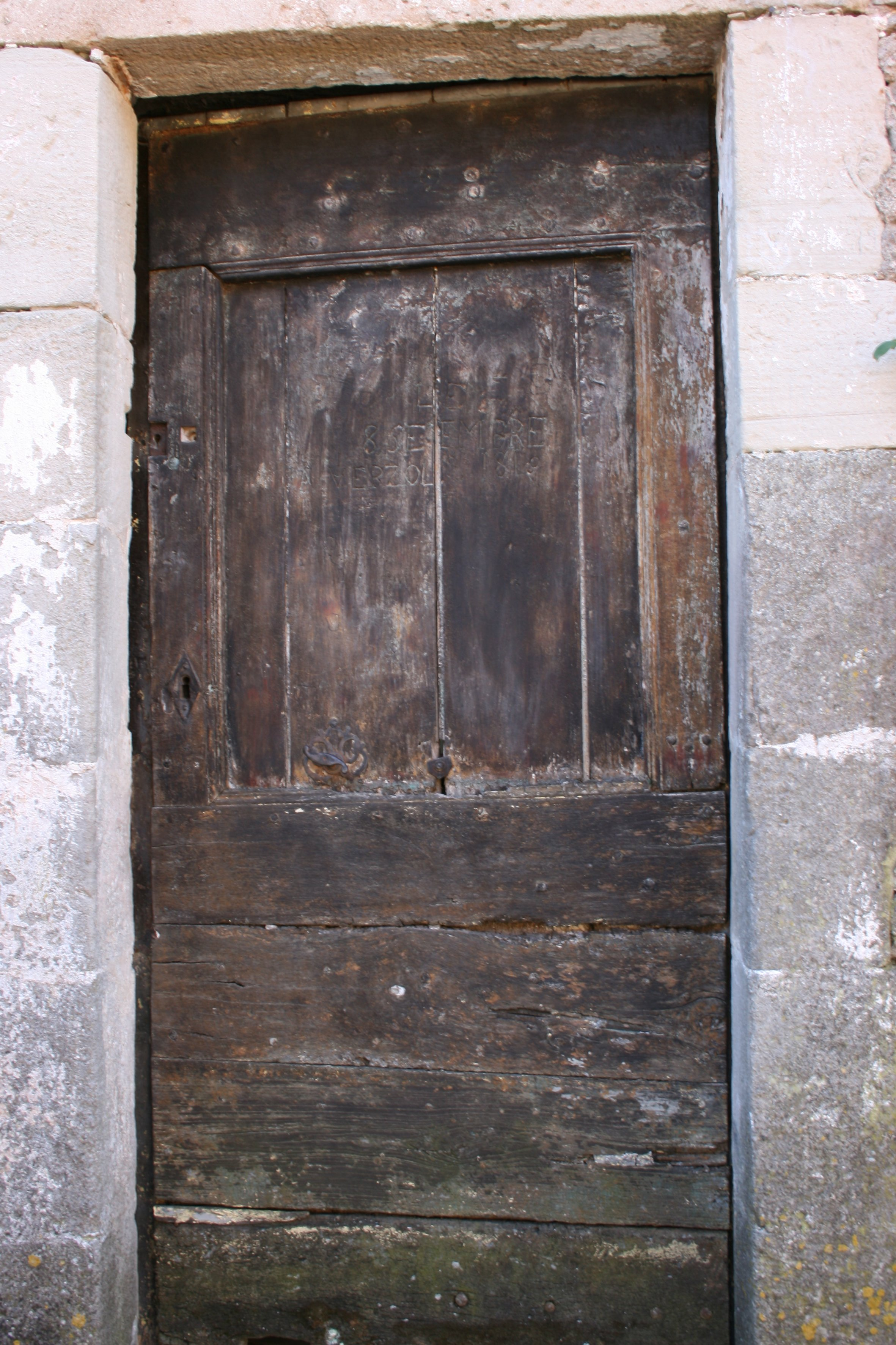 Porte ou l'ancien propriétaire du lieu a laisser sa marque  Ce qui reste du mur d'enceinte ou tour vers l'extérieur....