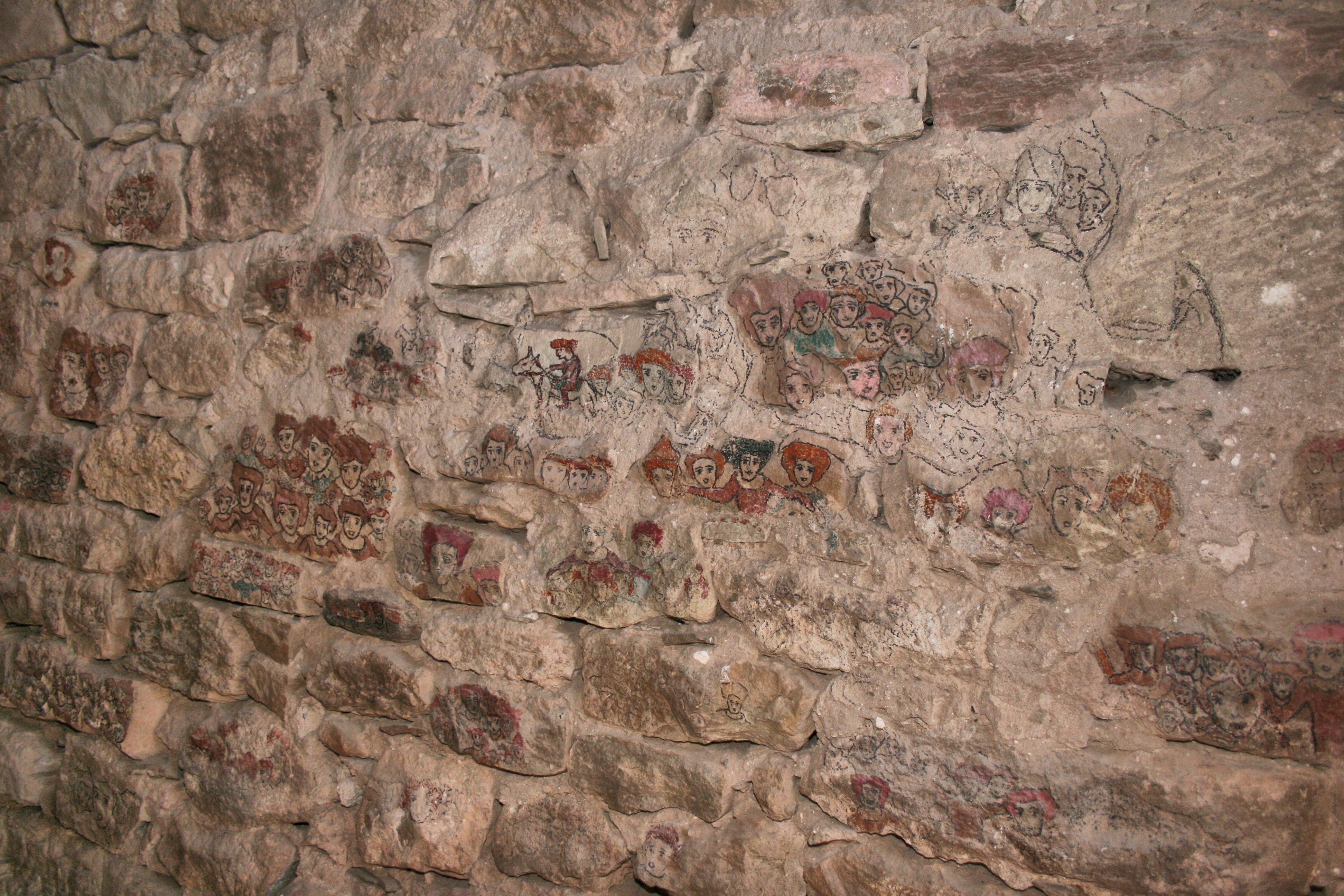 De part et d'autre du Château sur les pierres apparaissent des dessins de villageois en habits d'époques...