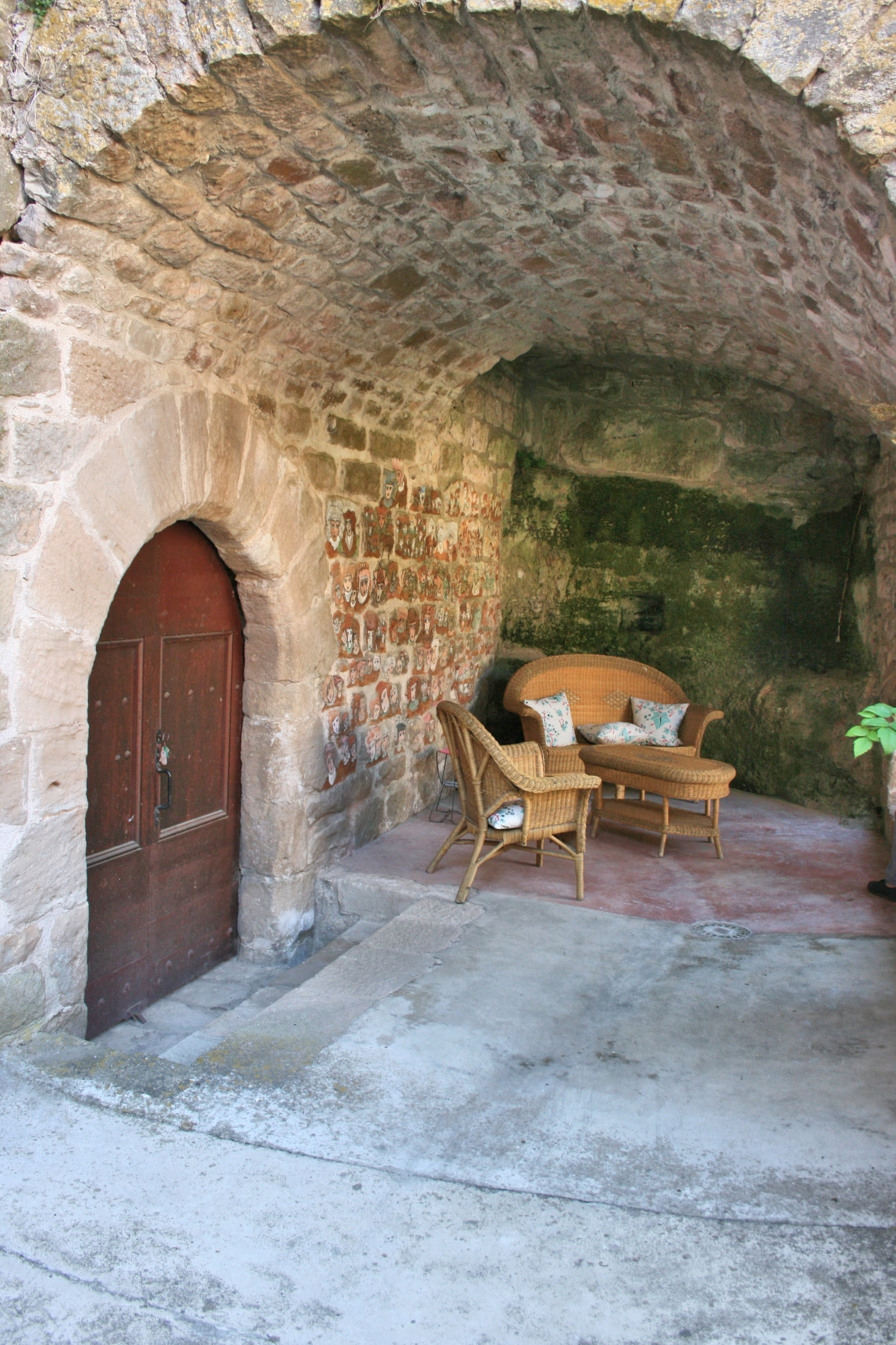 """Dans une pièce du rez de chaussée : les photos du Château en ruine au départ de la restauration ,quelques """"trouvailles"""" remarquables intérieures et aux alentours ..."""