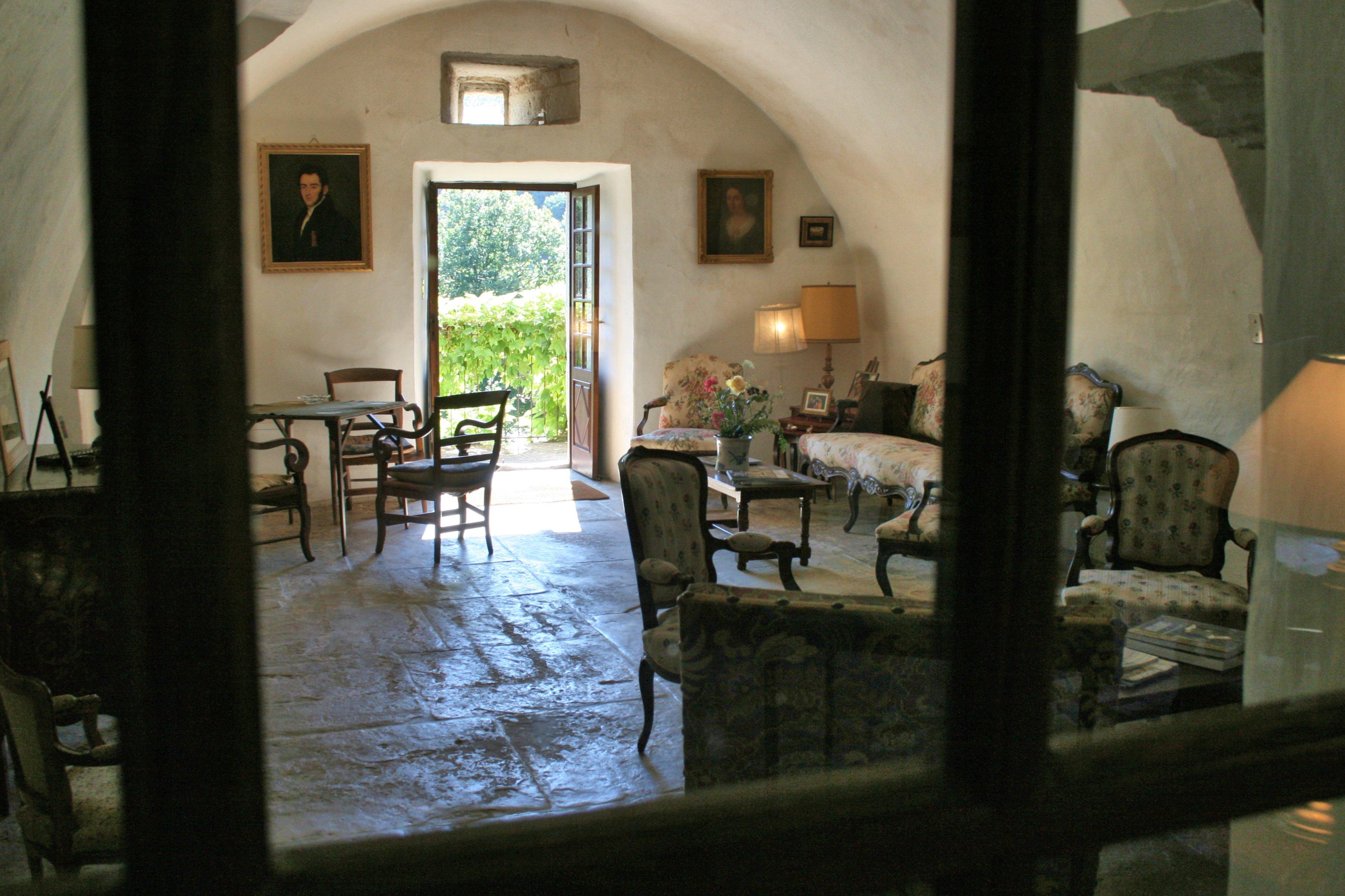 A l'étage intermédiaire,une pièce avec les portraits de la descendance du propriétaire des lieux ...