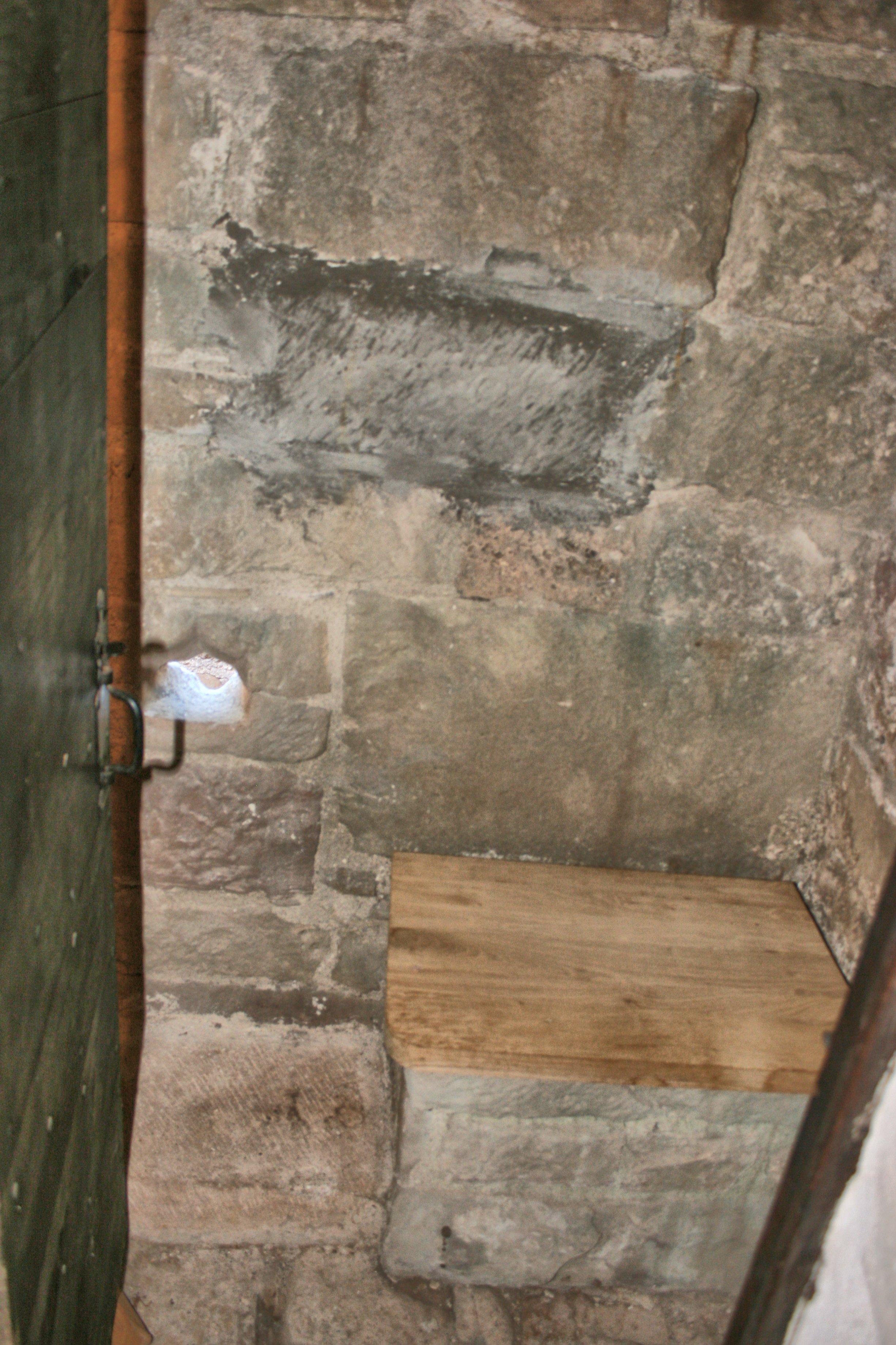 Par cette porte se dissimule une chambre avec latrines....