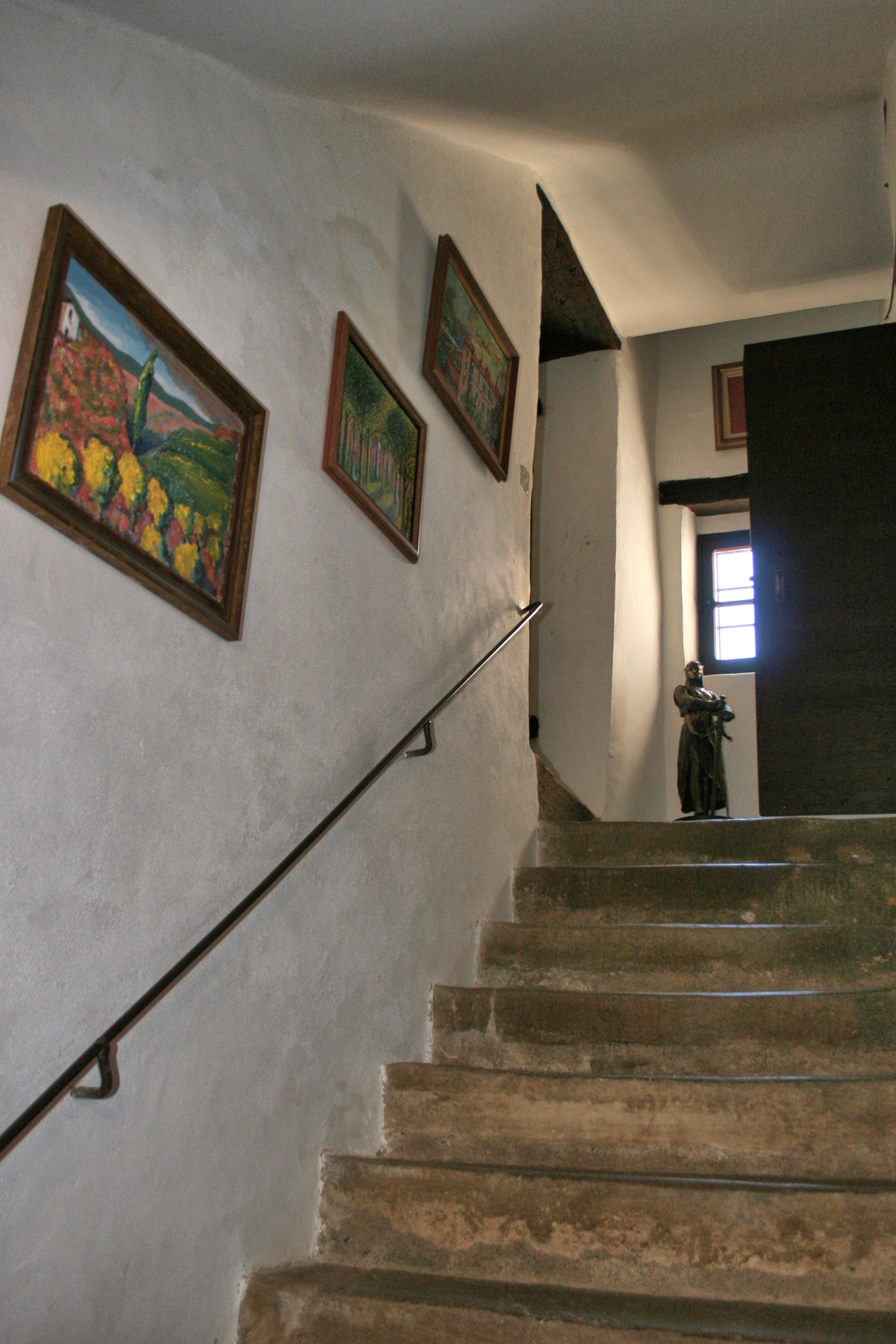 """Vers le 1°étage où l'on découvre une grande salle avec cheminée tronquée à mi-hauteur par la restauration des lieux pour un côté """"pratique""""et """"sécuritaire""""."""