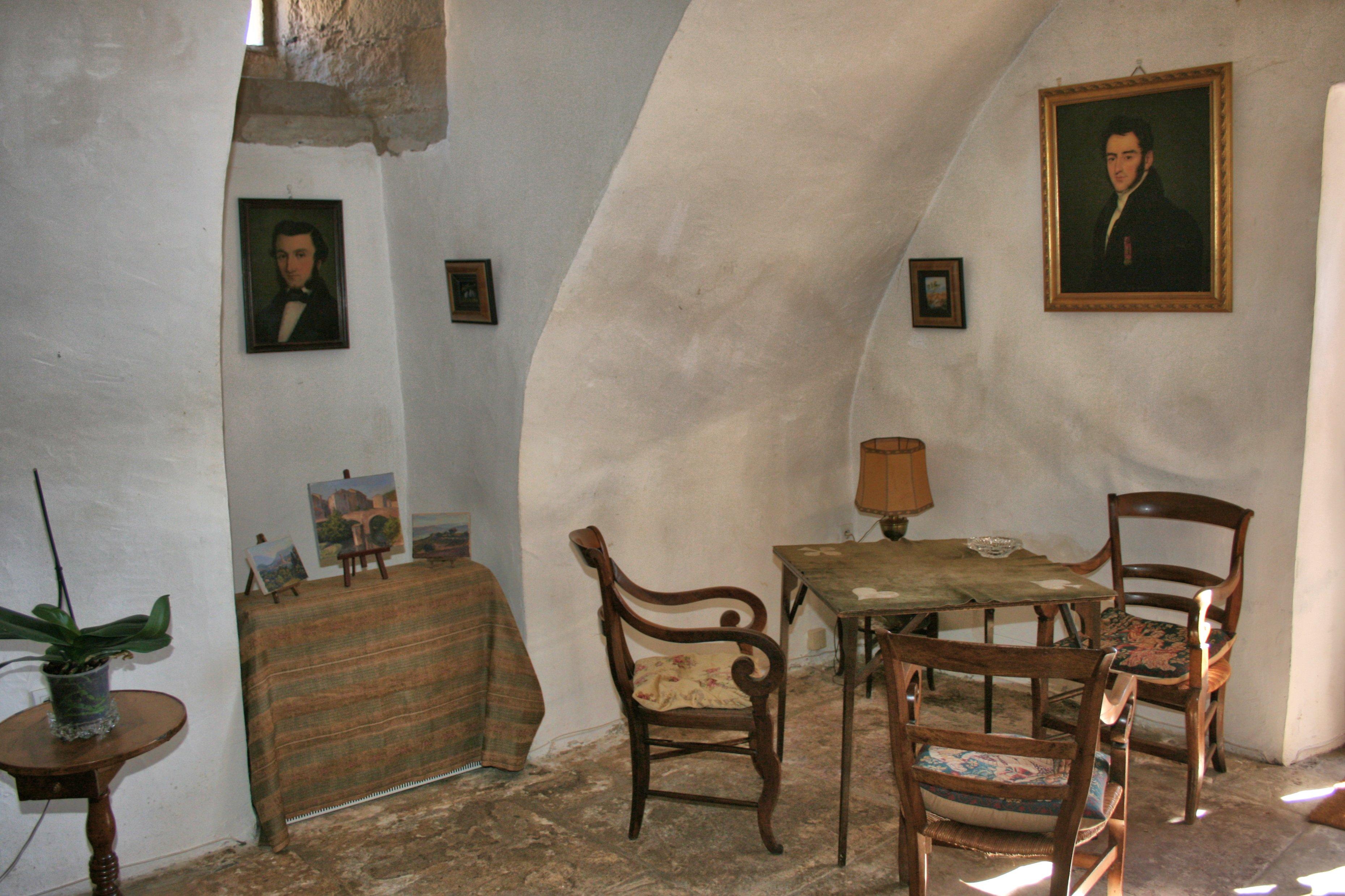 L'on accède côté jardin vers une autre partie du Château à peu près au même niveau que la cour intérieure ...