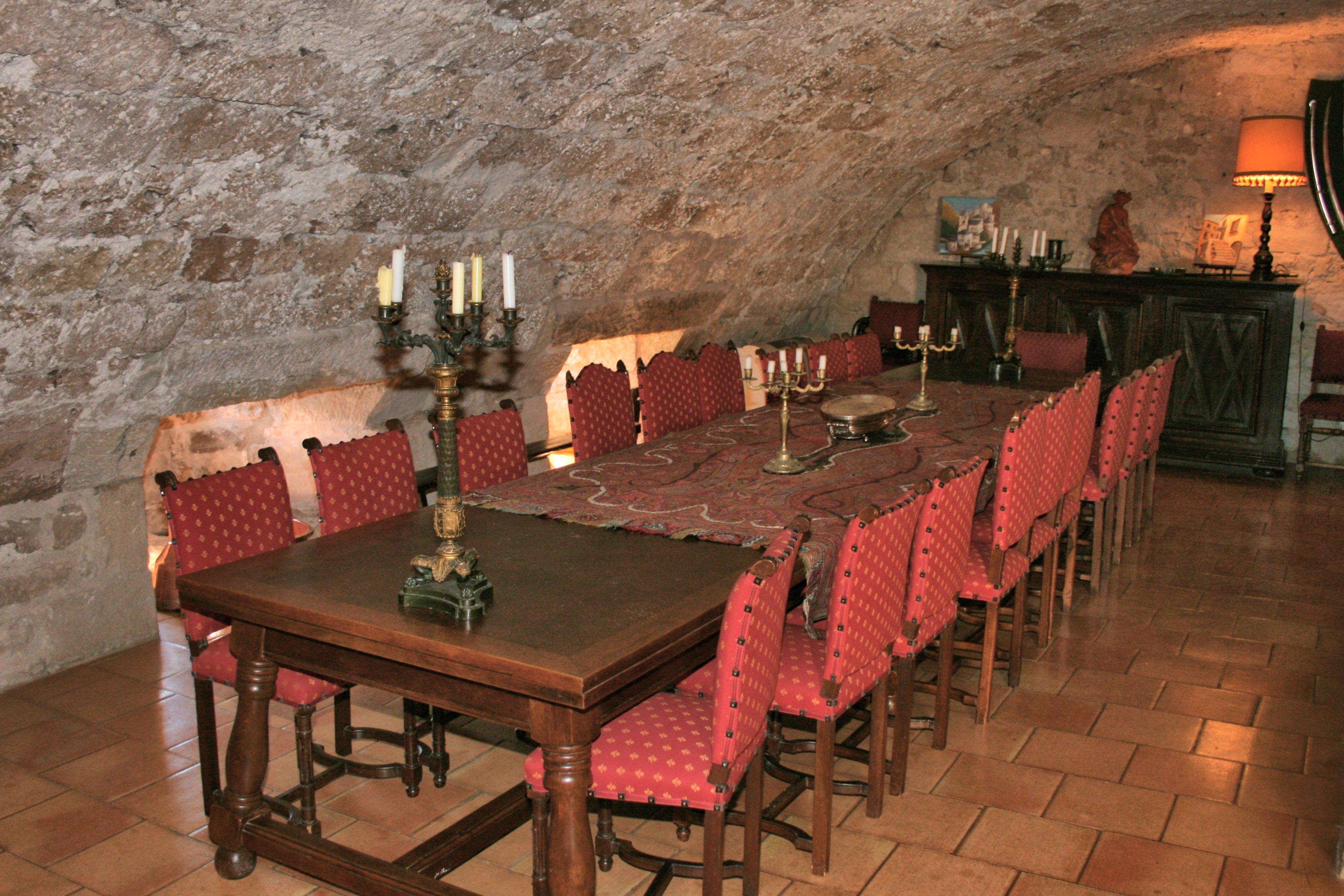 Autre grande salle tronquée par la restauration avec en contrabas la zone de vie de l'actuel propriétaire .....