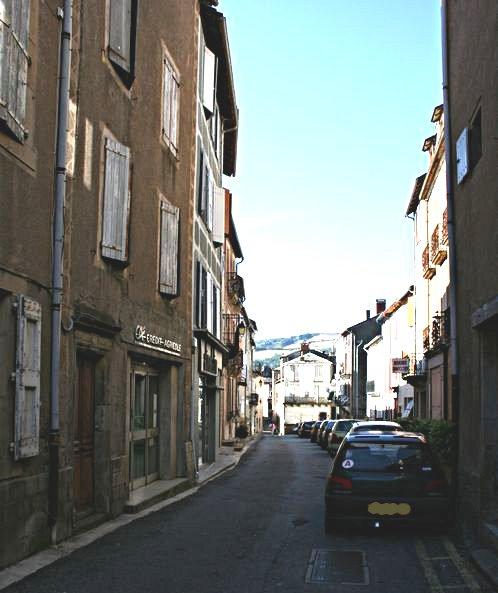 .......La rue voisine nous amène vers le centre du village où l'on peut voir d'anciennes maisons avec des portes anciennes ornées ....
