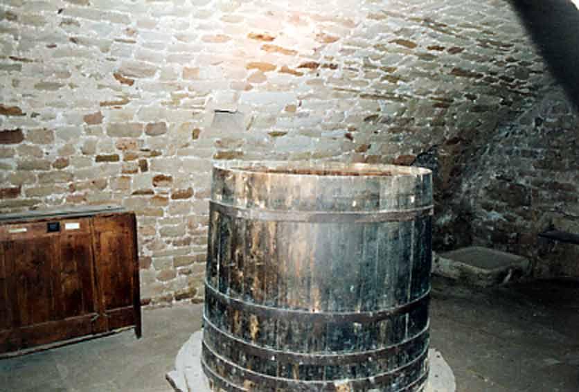 ........Sous cette salle où se trouvait ce foudre ,il a été découvert d'autres sépultures ....