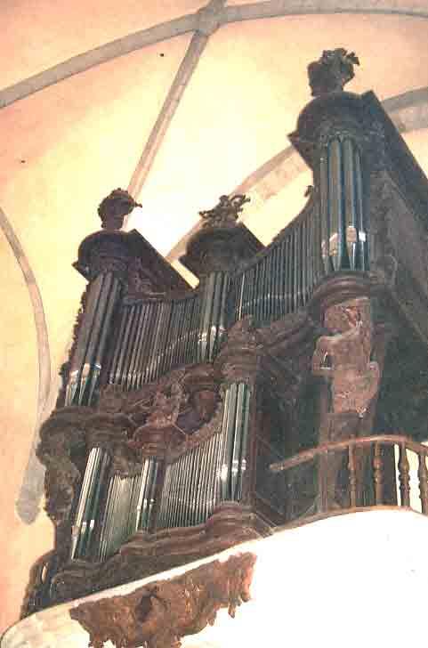 Voici les grandes orgues :  démontées en octobre 2003 et remises en place en mai 2004 après restauration ..