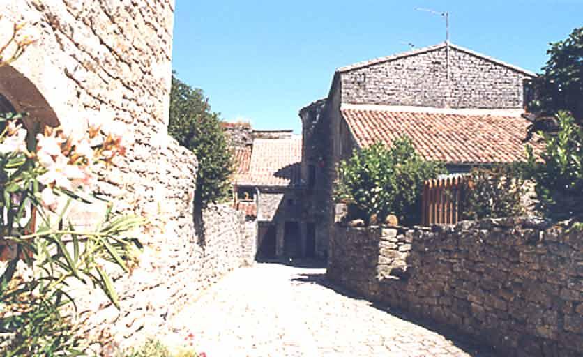 ........Autour de l'enceinte fortifiée s'est développé le village de Saint-Jean d'Alcas où les habitants ont voulu mettre en valeur leur maison en conservant le style de construction ...........