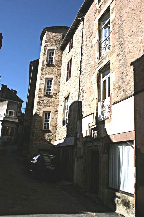 .....Une tour se dessine le long de cet ancien rempart extérieur avec en son angle le final du mur d'enceinte surplombé par une tour de guet ....