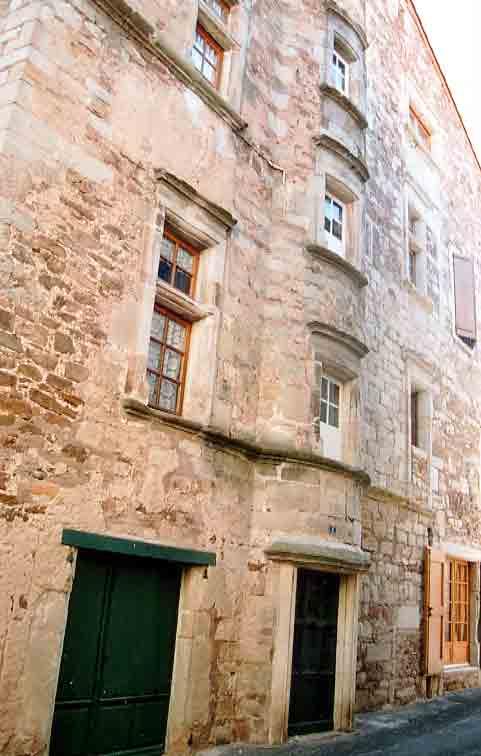 Dans le village d'autres bâtisses construites pour des notables ou chanoines attirent nôtre attention :  - La Maison des Commandeurs ....