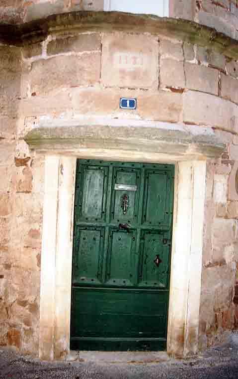 La maison des Commandeurs (suite) :  (1581)  Située rue de la Tour , dessin de façade renaissance , tour escaliers , fenêtres à meneaux .....