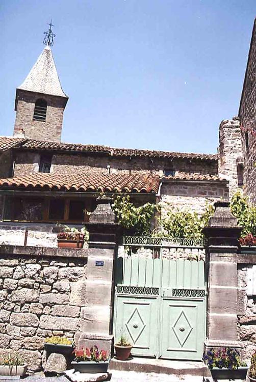 Une vue du clocher au travers d'une ruelle et de son presbytère ci-dessus.