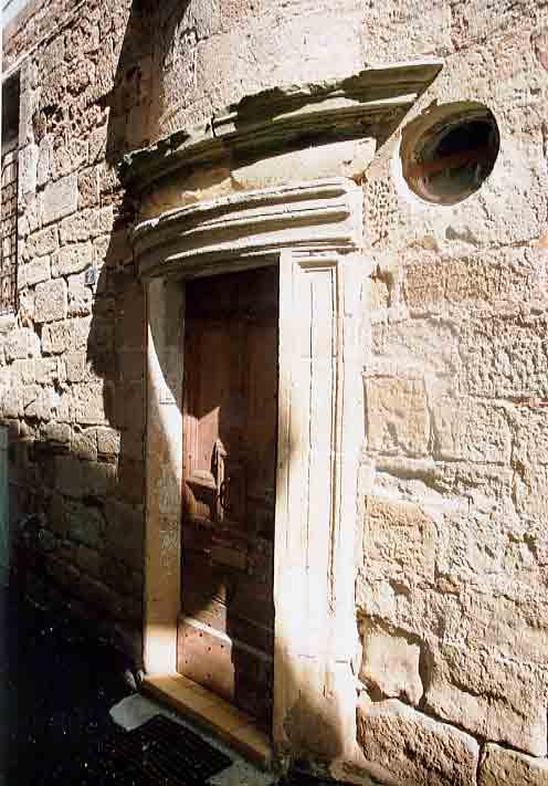 La Maison des Echevins (début 17°siècle) située Rue des Echevins porte galbée , pigeonnier et gargouilles.....
