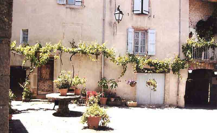 Une maison avec son patio intérieur et d'autres en pierre de taille …..