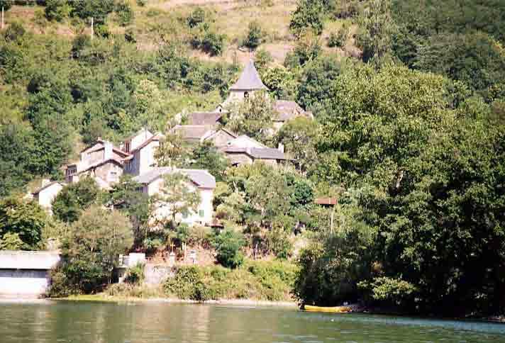 Le bateau ira avant de faire demi -tour près du barrage de Pinet où vous pourrez voir le petit village autour de l'église . . .