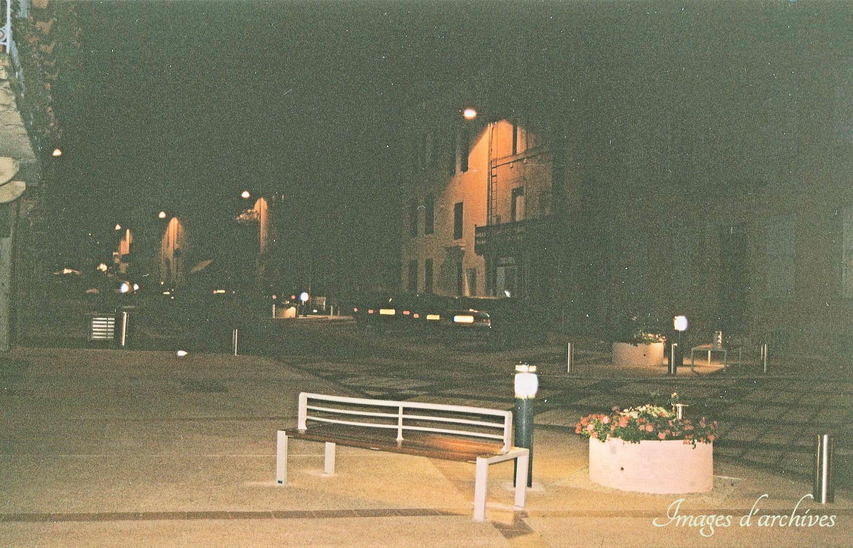 Le Boulevard la nuit et ses illuminations intégrées.