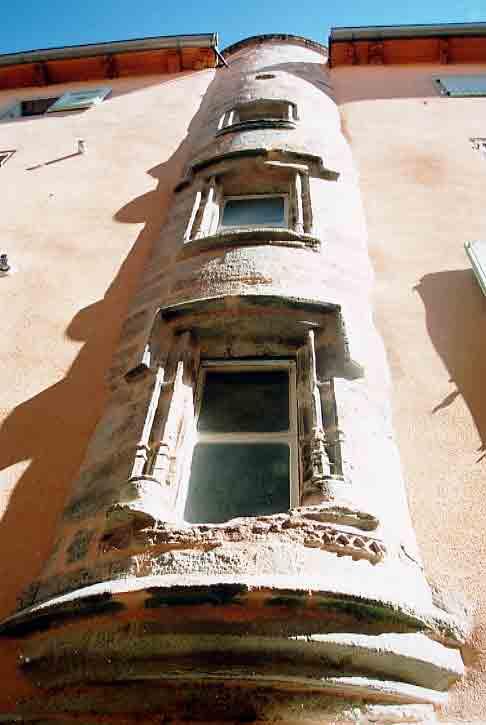 Rue droite : Maison de la fin du XV ème siècle , Tour escaliers central , fenêtres à meneaux , porte sculptée ....