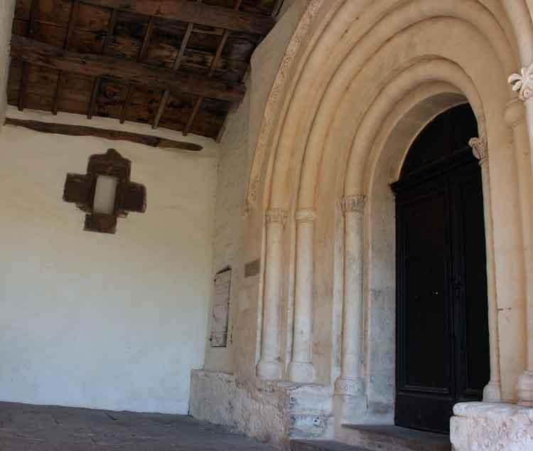 .......Vue de l'entrée de l'église ainsi que celle du cimetière (où est inscrit sur le seuil une phrase du père Roucayrol ), puis , rentrons à l'intérieur …….