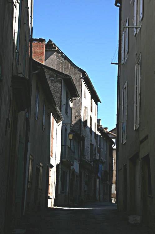 .....Cette rue part de la Place de la Vierge pour arriver sur la Place de la Collégiale.On y voit l'immeuble de la maison de retraite......