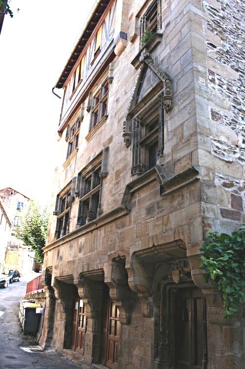 .......   Juste avant d'arriver Place de la Collégiale,une des plus belles maisons de St-Sernin (XV°siècle) richement décorée en facade : La Maison du Prevot du Chapitre (sculptures représentant le monogramme du Christ et les armoiries du Prévôt)......