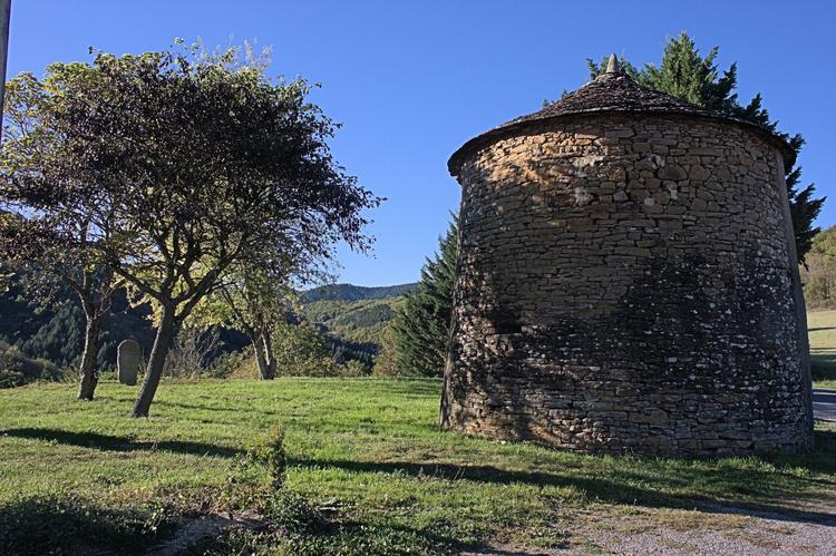 ....entre Pousthomy et Notre-Dame d'Orient : Un moulin à vent (actuellement en restauration) .....