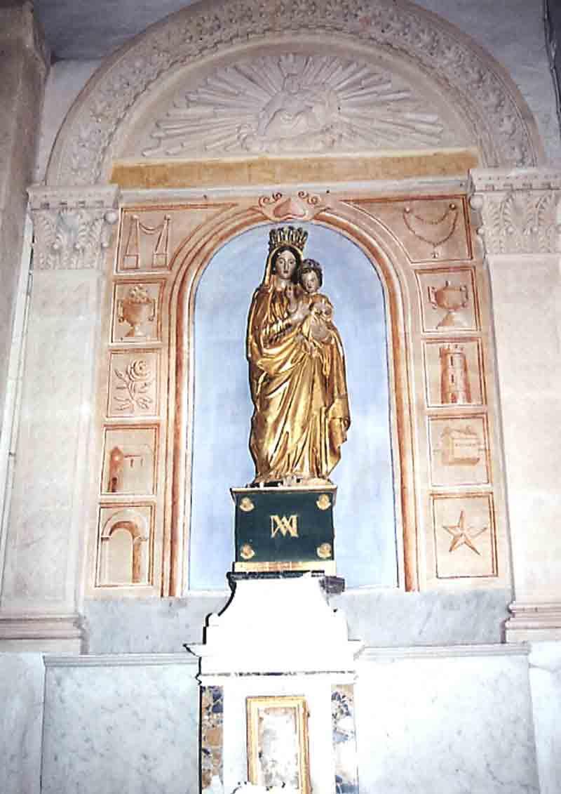 ......Statue volée dans la chapelle et remplacée par une copie (voir ci-dessus)........