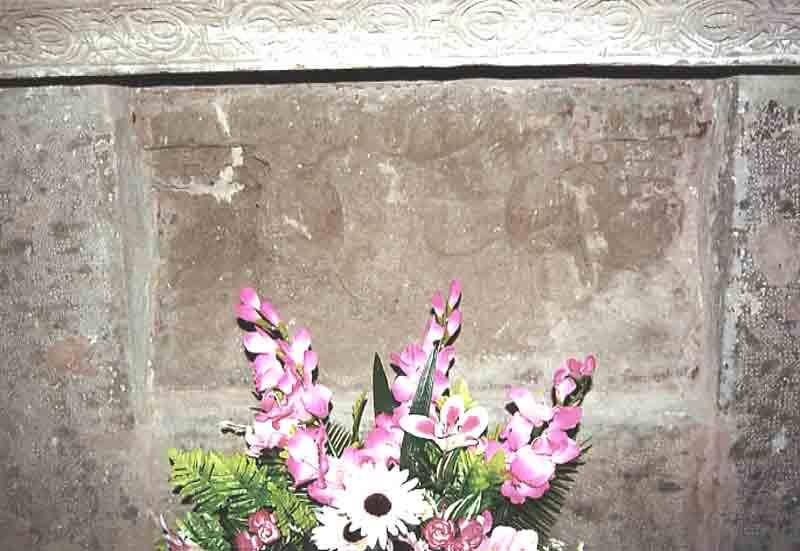 ......L'Autel très ancien avec des sculptures que l'on devine à travers la pierre ........