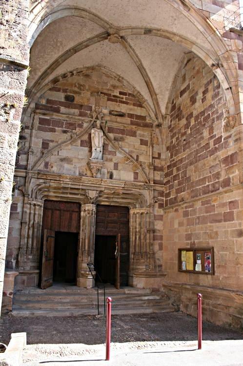 .......A proximité la porte de l'Eglise......