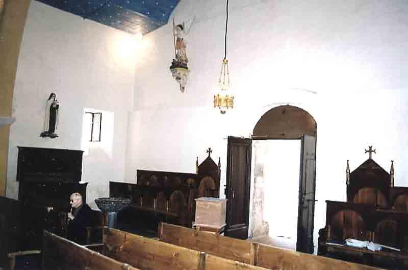 .......Fond de l'église vers la porte d'entrée .......