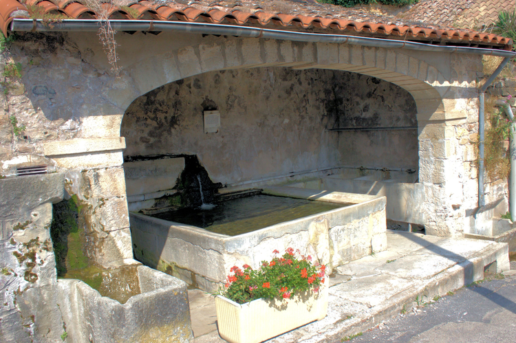 L'eau des sources est recueillie ici , depuis ce lavoir , est dirigée ensuite vers les jardins où est stockée en différents puits …..