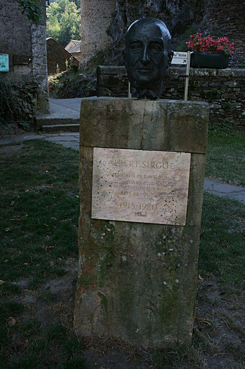 ......Stèle dédiée au Senateur Albert Sirgues ......