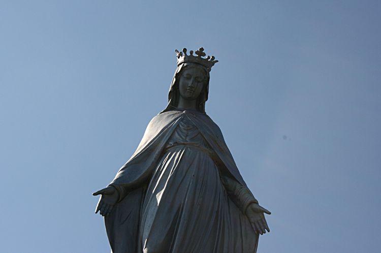 La Statue de la Colline : Bénie en 1880, proclamé Reine de France , Protectrice de l'Eglise , et , Patronne du Rouergue ....