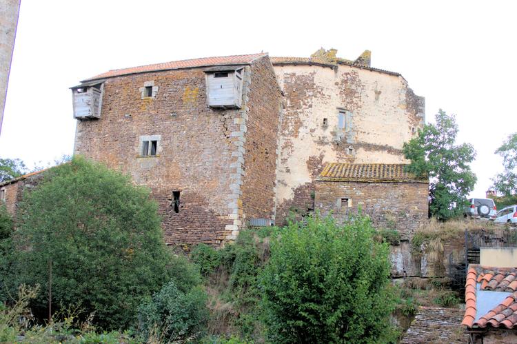 ...en faisant le tour , le Château se dévoile ..