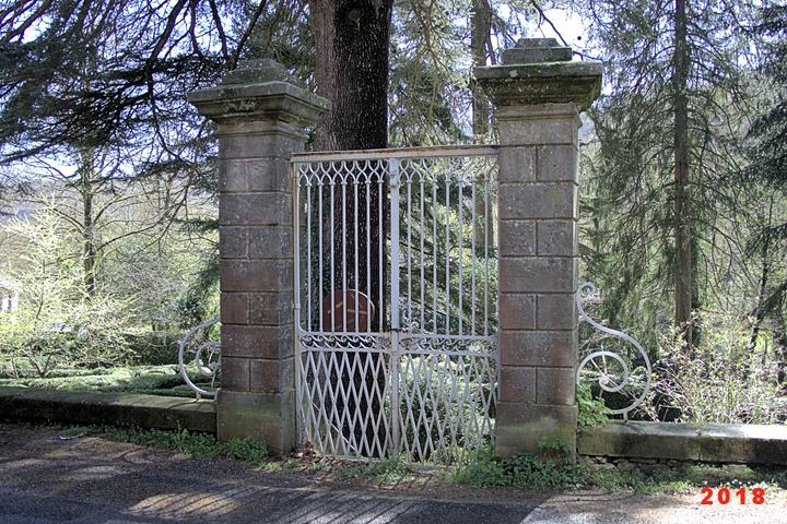 ...A l'entrée de celui-ci , un parc , dommage qu'il ne soit pas entretenue comme il devrait l'être .....